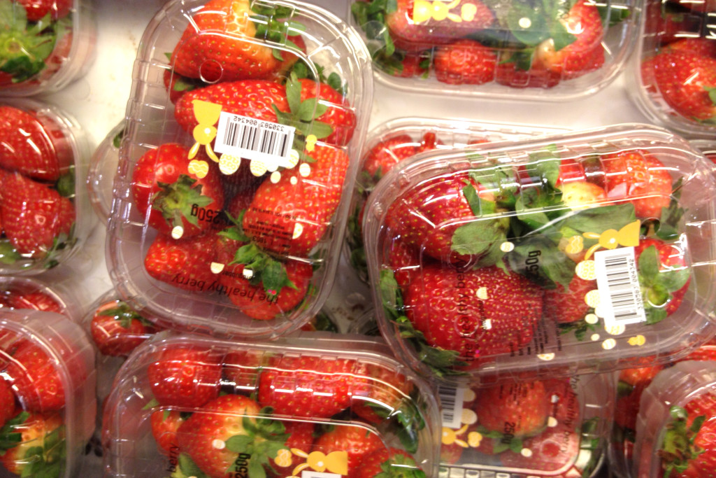 Erdbeerzeit: importierte Erdbeeren in Plastikschalen im Supermarkt