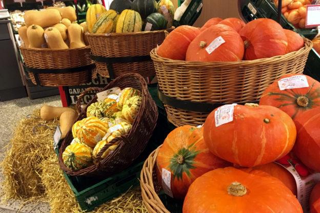 Kürbiszeit: Kürbisse im Supermarkt