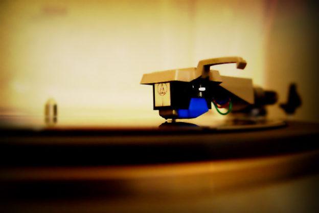 Plattenladenwoche: Plattenspieler und Schallplatte