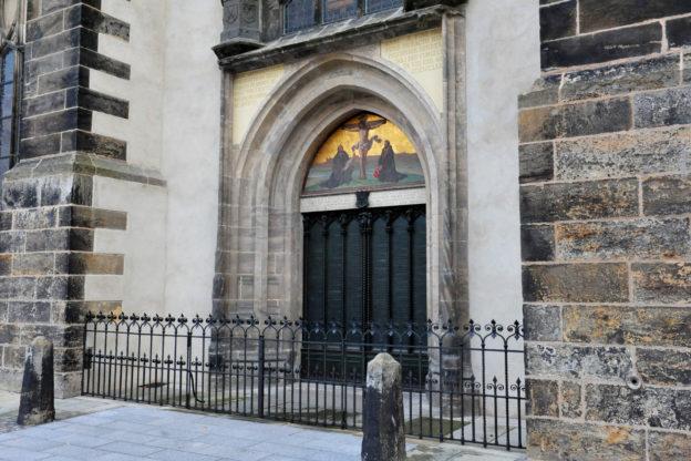 """Reformationstag: die """"Thesentür"""" der Schlosskirche in Wittenberg"""