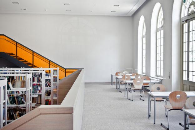 Schulferien - leeres Schulgebäude